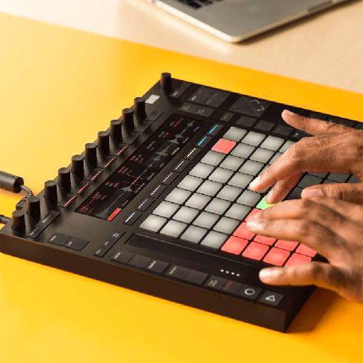 músico usando ableton push 2